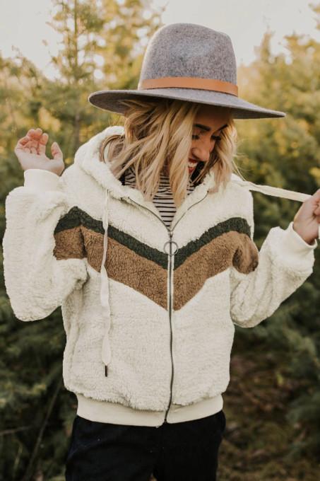 米白色蓬松侧袋波浪拼色温暖连帽夹克外套